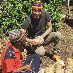 """4. November 2015: David Becham startet zu seiner """"7 Spiele auf 7 Kontinenten""""-Tour. Für die BBC macht der Ex-Fußballer (mit der Rückennummer 7) eine Reise von Papua-Neuguinea über Nepal und Buenos Aires nach Miami, Dschibuti und die Antarktis. Als Botschafter des Fußballs möchte er den Menschen seine Leidenschaft näher bringen. An seinem ersten Tag bastelt Beckham Fußbälle aus Bananenbaumblättern."""