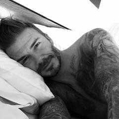 """Sein erster Post: David Beckham nimmt seinen 40. Geburtstag zum Anlass, einen eigenen Instagram-Account zu eröffnen. """"Guten Morgen"""", wünscht der Star-Kicker aus dem Bett und bedankt sich bei seinen Fans für alle bisherigen Glückwünsche. """"Ich freue mich auf einen großartigen Tag mit meiner Familie und meinen Freunden."""""""