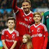 """14. November 2015  David Beckham steht für das """"Unicef Charity Match"""" in seiner alten Heimat, dem Old Trafford in Manchester, auf dem Fußballrasen. Begleitet wird er von seinen Kindern Cruz, Harper und Romeo."""