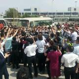 18. Juni 2013: Findet David Beckham! Der Fußballprofi wird bei seiner Ankunft in China von vielen jubelnden Fans in Empfang genommen.