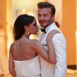 Auf der Met Gala glänzen Victoria und David in perfekt aufeinander abgestimmten Outfits und stellen auch durch ihre leidenschaftlichen Posen andere Pärchen in den Schatten.