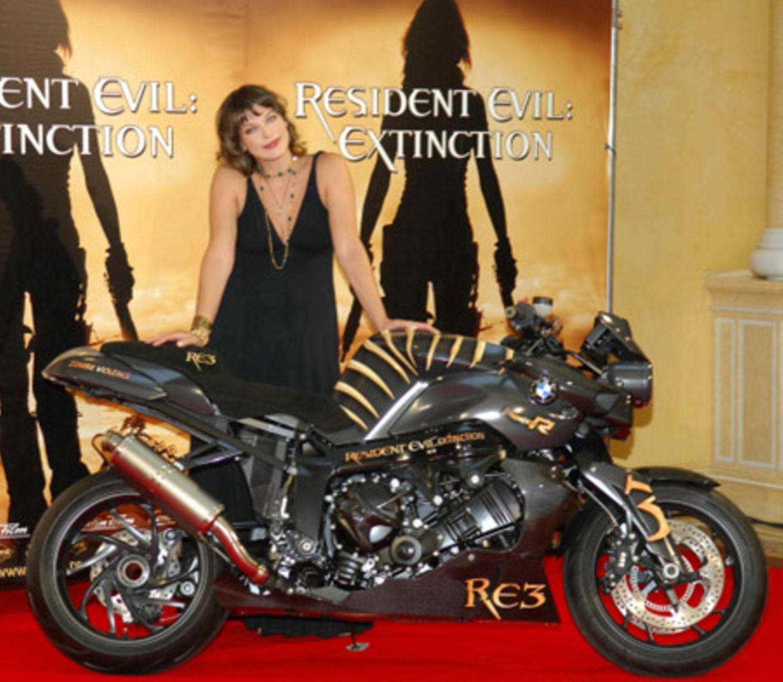 Auf der Maschine kann Milla Jovovich derzeit wohl kaum fahren