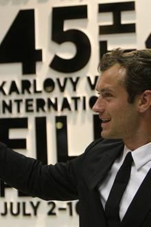 2010: Erst 37 und doch schon für sein Lebenswerk ausgezeichnet: Jude Law erhält im Juli bei den Filmfestspielen von Karlovy Vary