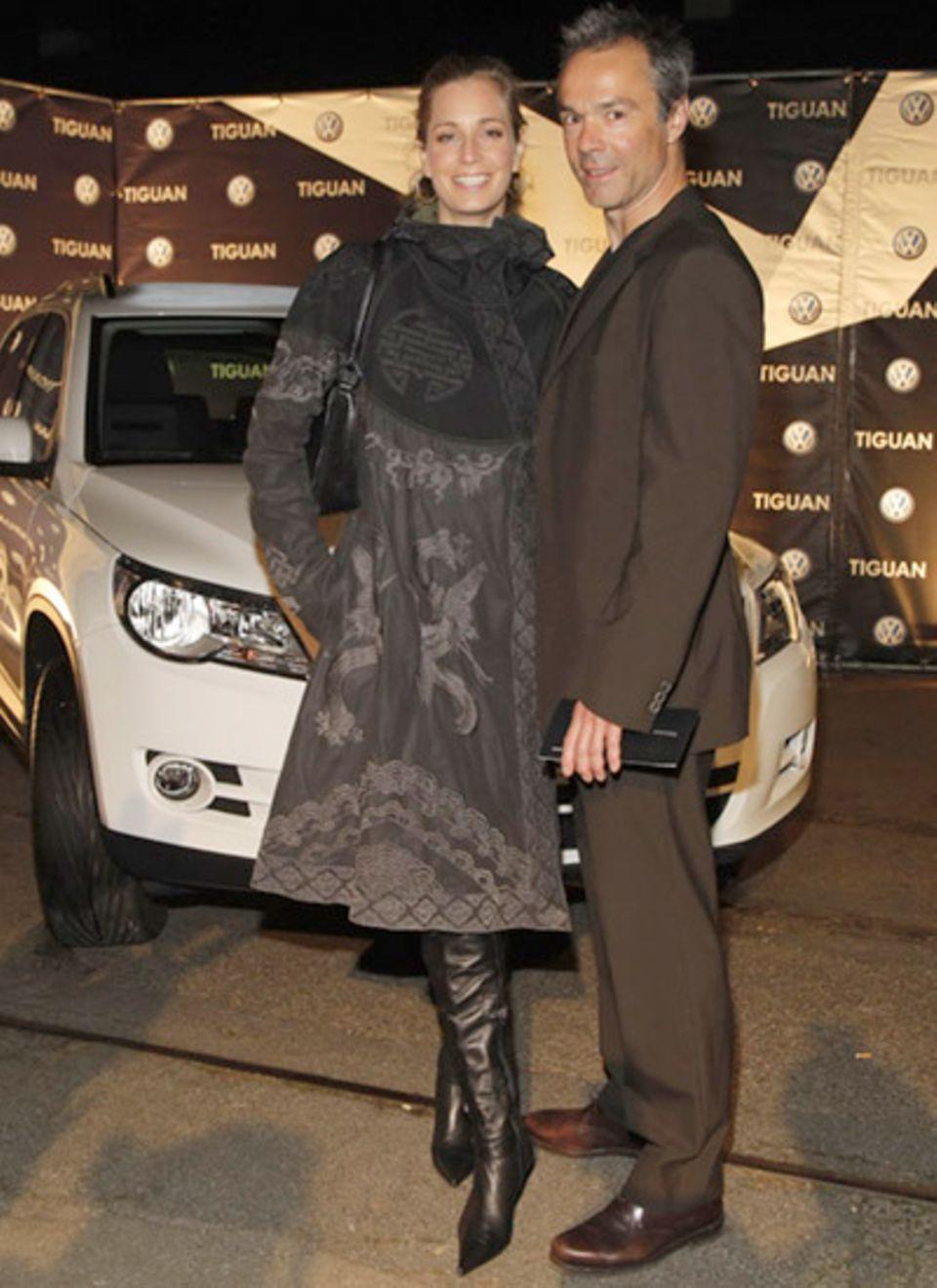 In schickem grau-schwarzen Dress erschien Tina Bordihn an der Seite von Hannes Jaenicke