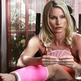 Auch wenn sie es nicht zugibt, genießt Edie (trotz Gibsbein) das Pokerspiel mit ihren Nachbarinnen