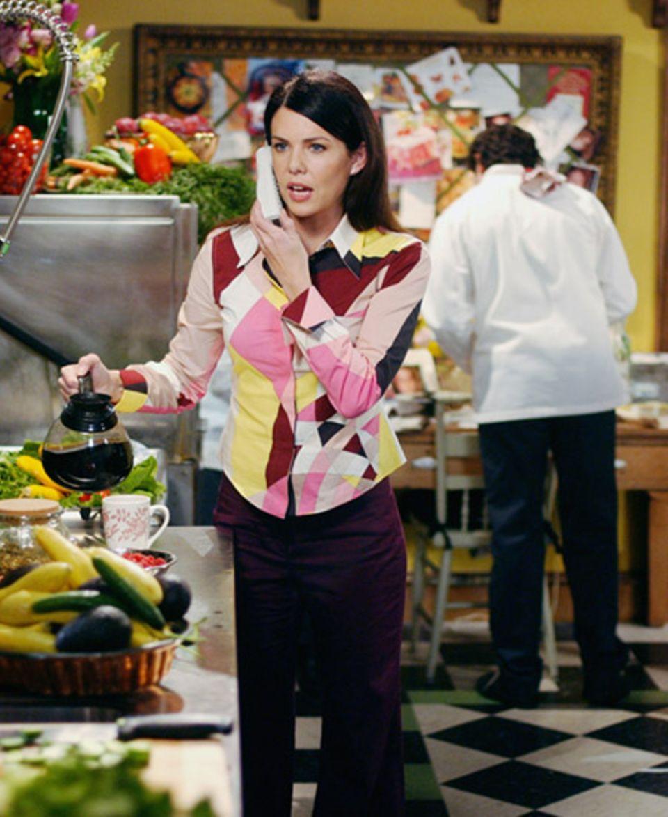 Lorelai ganz in ihrem Element in der Küche ihres Hotels. Kaffee eingießen und telefonieren sind für die Multitaskerin kein Probl