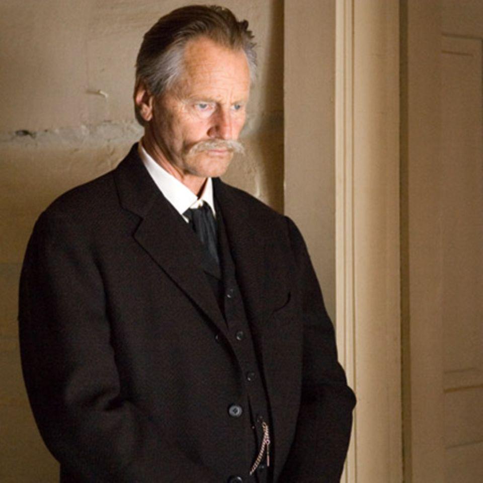 Sam Shepard spielt Frank James, den älteren Bruder von Jesse