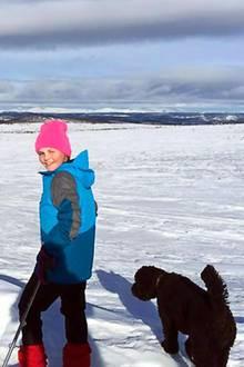 """20. Februar 2015   Prinzessin Ingrid Alexandra verbringt die Winterferien im """"Winterwonderland"""" Norwegen. Ihr treuer Begleiter auf Skiern ist der Familienhund."""