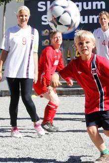 """16. Juni 2014  Prinzessin Mette-Marit feuert Prinz Sverre Magnus beim Freundschaftsspiel zwischen """"Röa Unified"""" und dem """"Team Norway"""" an. Die Kronprinzessin und ihr jüngster Sprössling spielen beim Turnier im norwegischen Asker selbst mit."""