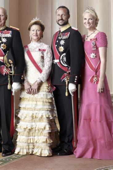 Januar 2011: Das norwegische Königshaus veröffentlicht dieses offizielle Bild von König Harald, Königin Sonja, Kronprinz Haakon