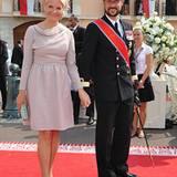 Das norwegische Kronprinzenpaar bei der Ankunft vor der Trauung im Ehrenhof des Palastes. Mette Marit und Haakon wirken wie imme