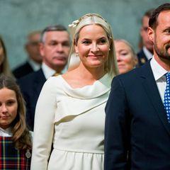 Prinzessin Ingrid Alexandra und ihre Eltern bei der Festvorstellung in der Universität.