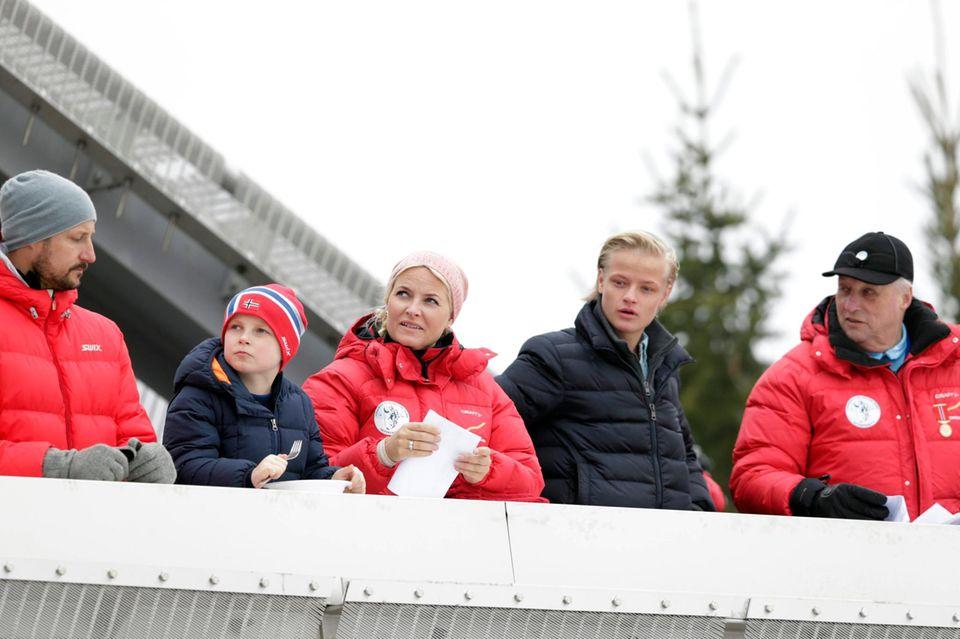 9. März 2014  Marius Borg Høiby besucht gemeinsam mit seiner Mutter Prinzessin Mette-Marit von Norwegen und seinem Stiefvater Prinz Haakon den Skisprung-Weltcup in Oslo. Natürlich sind auch Prinzessin Ingrid und König Harald nicht weit.