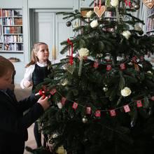 Prinz Sverre Magnus und Prinzessin Ingrid Alexandra schmücken schon mal den Weihnachtsbaum der Familie.