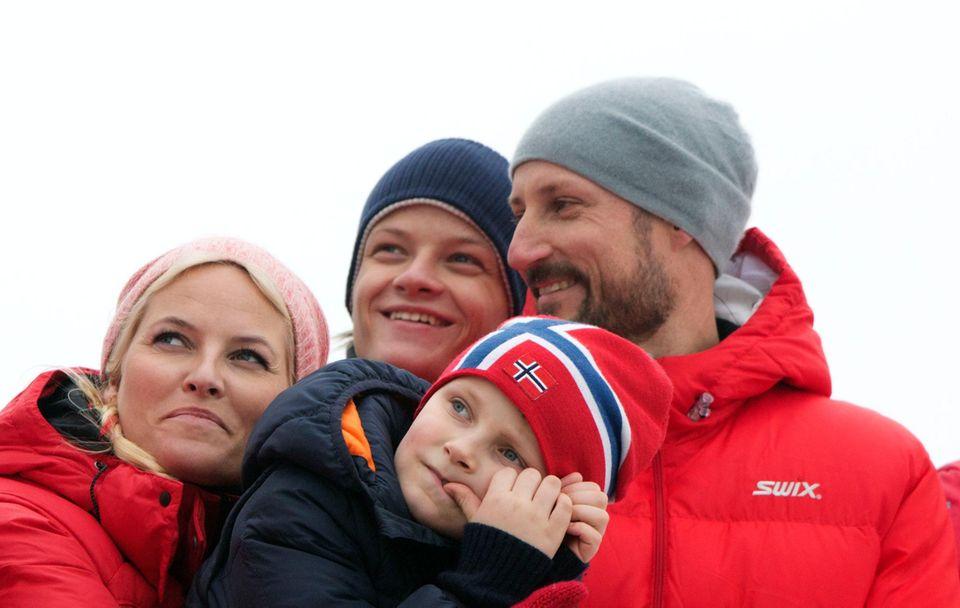 """10. März 2014  Prinzessin Mette-Marit, Marius Borg Höiby, Prinz Sverre Magnus und Prinz Haakon schauen sich die """"internationalen Wintersportwettkämpfe"""" am Holmenkollen in Oslo an."""