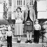 Die Queen, Prinz Philip und die Kinder Prinz Charles und Prinzessin Anne im Jahr 1953