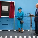 """15. Oktober 2015: Gemeinsam nehmen die Queen und Prinz Philip den Termin an der """"University of Surrey's new School of Veterinary Medicine"""" in Guildford teil."""
