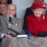 September 2015: Jedes Jahr während des Sommerurlaubes in Balmoral besucht die Queen gemeinsam mit Prinz Philip die Braemar-Highlandgames. Und beide amüsieren sich königlich!
