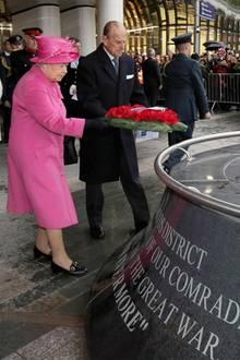 19. November 2015: Gemeinsam zu Besuch in Birmingham: Queen Elizabeth und Prinz Philip legen am War Memorial einen Kranz nieder.