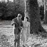 November 1947  Ein Schnappschuss aus den königlichen Flitterwochen zeigt Prinzessin Elizabeth mit ihrem Mann Philip in Südengland.