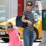 """12. Juli 2015  Suri fühlt sich im Großstadtdschungel New York wirklich Zuhause und winkt sich und ihrer Mama Katie Holmes ein """"Yellow Cab"""" ran."""