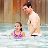 1. August 2012 Planschen mit Papa: Beim Baden in einem Wasserpark in Orlando, Florida, mit Tochter Suri scheint Tom Cruise die F