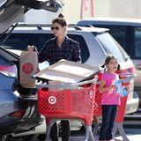 Katie Holmes und Suri erledigen gemeinsam den Großeinkauf, allerdings räumt Katie lieber alles alleine in den Wagen.