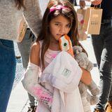 6. September 2013  Suri Cruise hat sich den Arm gebrochen. Kein Wunder, dass sie etwas missgelaunt mit Mama Katie Holmes durch New York spaziert. All ihre Freunde haben den Gips mit guten Wünschen verziert.