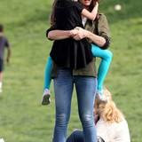 30. Mai 2014  Nach der Schule verbringen Katie und Suri den Nachmittag in einem Park in New York.
