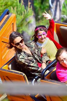"""Katie Holmes und Tochter Suri besuchen das Disneyland in Anaheim und verbringen einen schönen Mutter-Tochter-Tag miteinander. Die beiden fahren mit der """"Thunder Mountain Railroad"""" und Suri hat sich ihr Gesicht schminken lassen."""