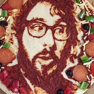 """""""Wer hat Hunger?"""" Josh Groban teilt sein Pizzaporträt mit den Fans auf Instagram."""