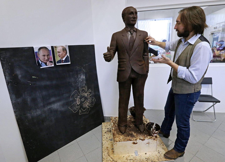 Nach Bildern gestaltet Künstler Nikita Gusev eine Statue von Russlands Präsident Wladimir Putin ganz aus Schokolade.