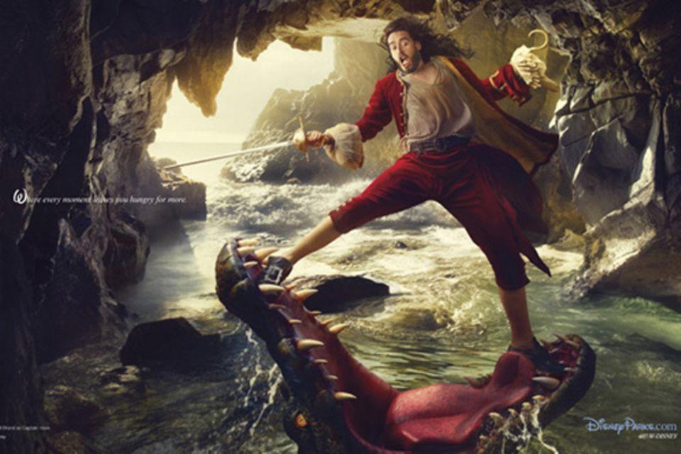 """Für eine Disney-Fotoserie posiert Russell Brand als """"Peter Pans"""" Erzfeind """"Captain Hook"""". Starfotografin Annie Leibovitz setzte"""