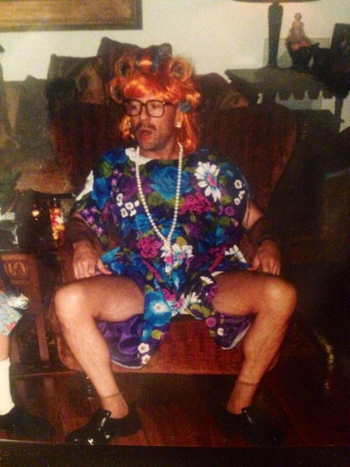 """Scout Willis twittert ein Bild ihres Vaters Bruce Willis in Frauenkleidung. Ihr Kommentar dazu """"Creator of 5 daughters""""."""