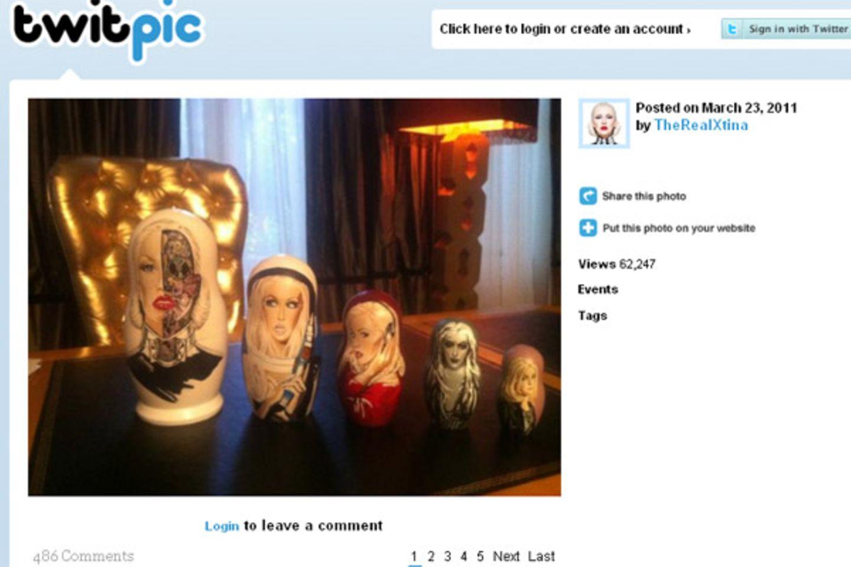 23. März 2011: Christina Aguilera ist ganz begeistert von diesen Matrjoschka Puppen, die ein russischer Fan für angefertigt hat.