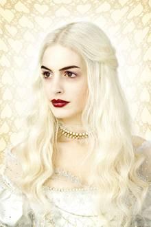 Die weiße Herzkönigin wird von Anne Hathaway verkörpert.