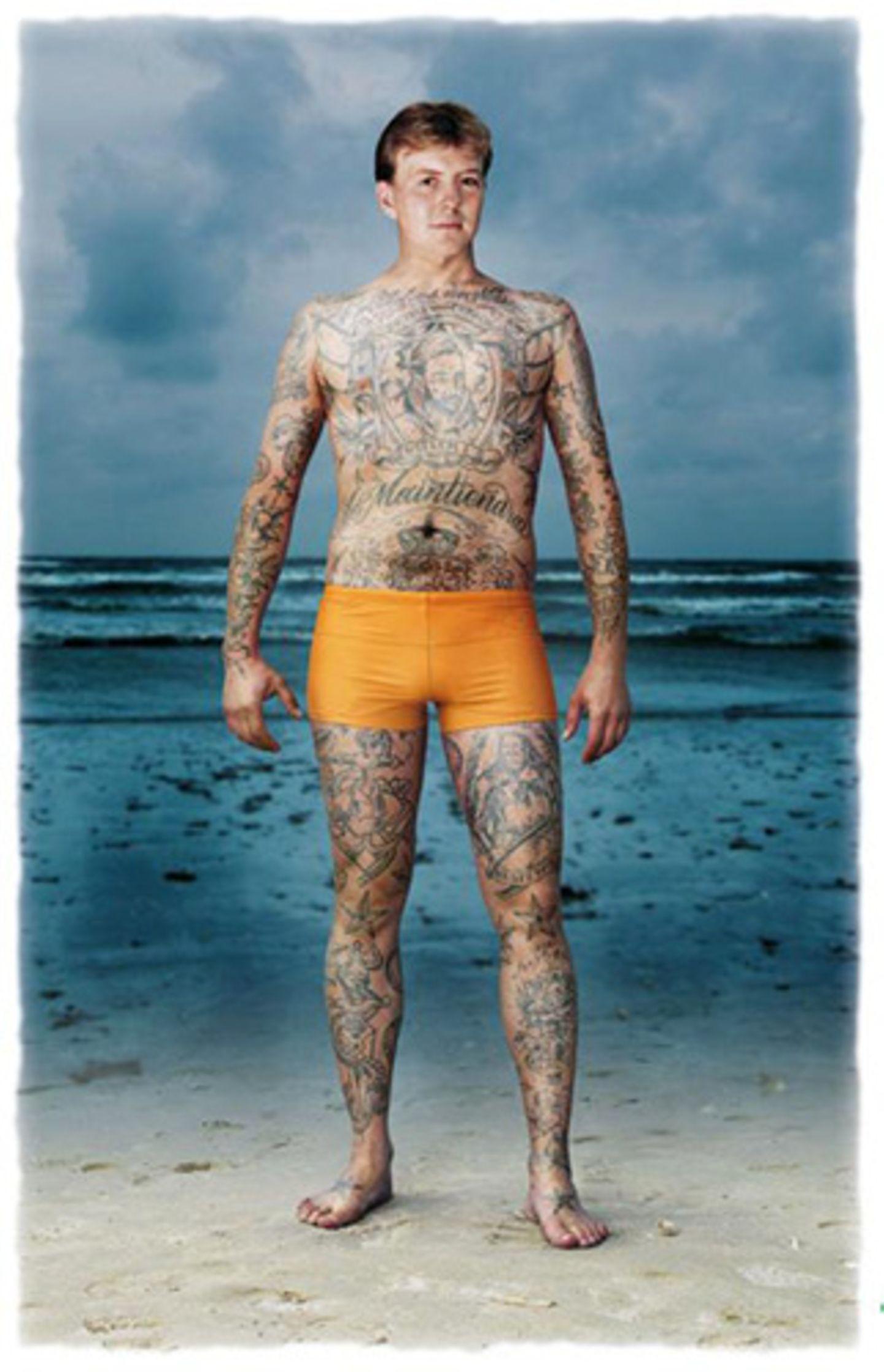 01. September 2008: Prinz Willem aus der Niederlande gibt sich bunt und nackt in den Augen des Tattoo-Künstlers Hank Schiffmache