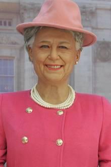 """Das soll die Queen sein?! Okay, Perlenkette, Mantel und Hut passen zwar, doch dann hört die Ähnlichkeit zu der britischen Königin auch schon wieder auf. Was sich die Künstler dieser Wachsfigur, die nun in einem chinesischen Shopping-Zentrum aufgestellt wurde, gedacht haben, ist nur schwer nachzuvollziehen. Da wird auch Elizabeth """"not amused"""" sein."""