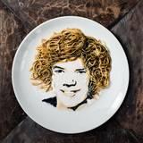 """""""Harry Styles Of Wok Direction"""" heißt dieses Werk aus Nudeln und Sojasauce, das den Sänger darstellen soll."""