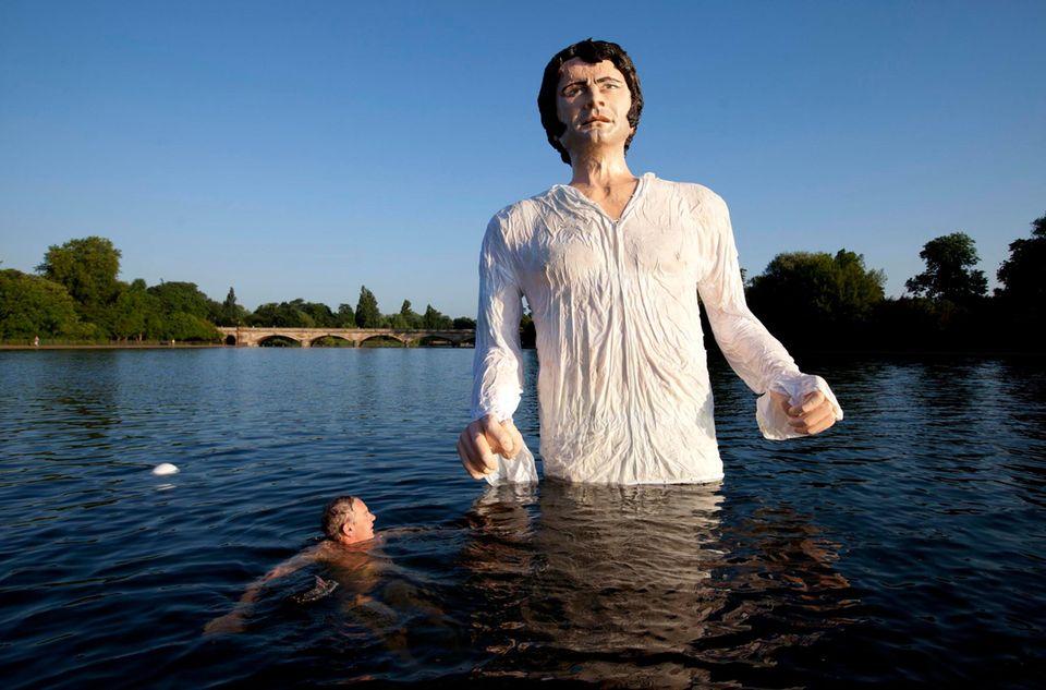 """Die Schwimmer im Londoner Hyde Park gucken nicht schlecht, wenn sie plötzlich Colin Firth alias """"Mr. Darcy"""" aus dem Roman """"Pride and Prejudice"""" von Jane Austen begegnen."""