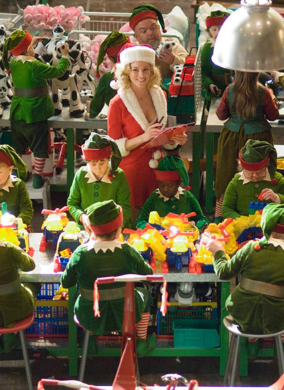 Mitarbeiterin Charlene (Elizabeth Banks ) ist der große Schwarm von Elf Willie (Michael Higgins)