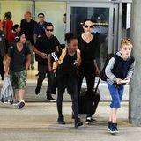 27. Oktober 2015  Angelina Jolie kommt mit ihren Kids Pax, Maddox, Zahara und Shiloh am Flughafen in Los Angeles an.