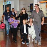 28. Juli 2013  Angelina Jolie und Brad Pitt landen mit ihrer Rasselbande am Flughafen in Tokio.