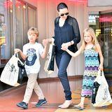 19. Juli 2015  Angelina Jolie kommt mit ihren Zwillingen Knox und Vivienne aus einem Buchladen in Studio City.