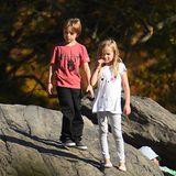 """Während Angelina Jolie und Brad Pitt """"By the Sea"""" promoten, sind die Kinder mit Nannys in New York. Das angenehme Herbstwetter verbringen die Zwillinge Knox und Vivienne auf einem Spielplatz im Central Park - herrlich normal. Wow, sind die schon groß und so süß!"""