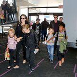 6. Juni 2015  Die komplette Familie fliegt von Los Angeles nach Frankreich. Damit Brad Pitt, 51, und Angelina Jolie, 40, ihre Kinder nicht verlieren, hält die Mama Vivienne, sechs, und Shiloh, neun, an den Händen. Auch Zahara, zehn, und Knox, sechs, fassen sich an. Der elfjährige Pax und Maddox, 13, laufen neben ihrem Vater her. Da das Fliegen mit sechs Kindern ganz schön teuer werden kann, entscheiden sich Brangelina beim Anschlussflug von Paris nach Nizza übrigens für Holzklasse. Da werden die anderen Passagiere in der Economy nicht schlecht gestaunt haben.