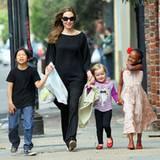 11. März 2012: Angelina Jolie ist mit Pax Thien, Vivienne und Zahara in New Orleans unterwegs, um die Zeitung, Chips und andere