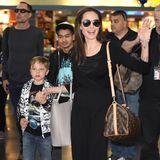 17. Juni 2016  Angelina Jolie landet mit ihren Kindern Maddox und Knox und ihrem Bruder James Haven am JFK Flughafen in New York. Dabei ist die Familie bester Laune und grüßt freundlich die Fotografen.
