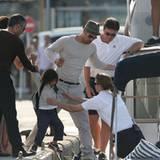 """13. Mai 2008: """"Einsteigen, bitte!"""" Brad hilft seinem Sohn Pax ins Ausflugsboot"""