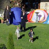 9. Oktober 2010: Angelina Jolie und Brad Pitt verbringen mit ihren Kindern Zeit im Garten ihres Hauses in Budapest. Shiloh und Z